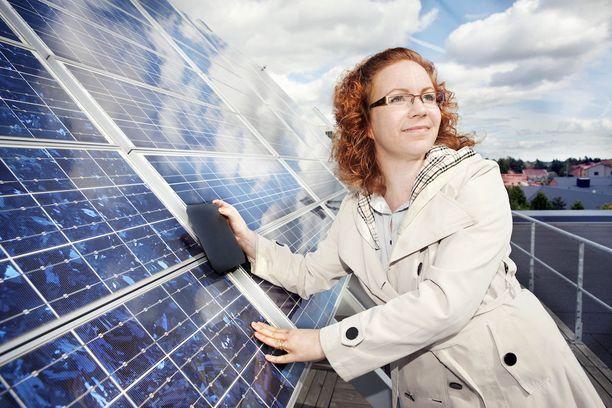 Hele Savin johtaa mikro- ja nanoelektroniika tutkimusryhmää Aalto-yliopistossa. Perinteinen, sininen aurinkokenno hukkaa valoa heijastuksen takia, kun taas Hele Savinin mustassa piikennossa heijastuksia ei käytännössä synny.