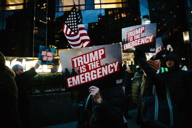 New Yorkissa osoitettiin mieltä Trumpia vastaan perjantaina.