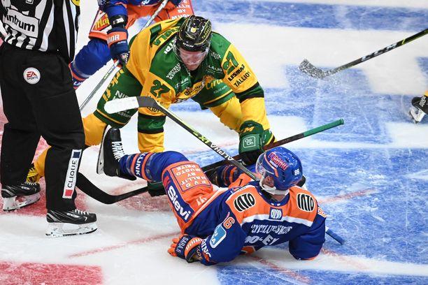 Petri Kontiola väänsi torstaina Tampereen paikallisessa Tapparan Tyler Morleyn kanssa.