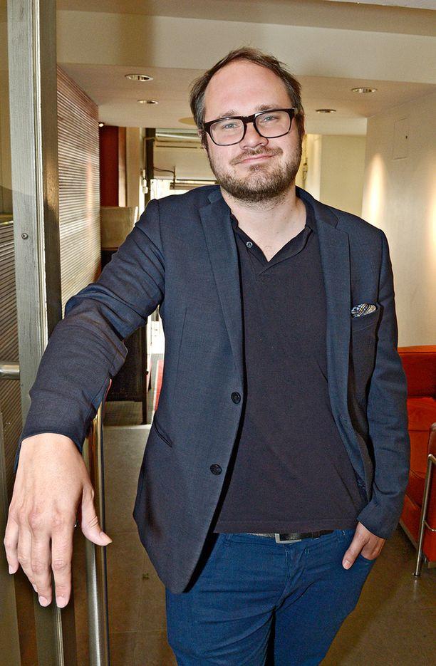 Tuomas Enbuske rakastaa trash-viihdettä. Torstaina hän pääsee tositoimiin, haastattelemaan kohublondi Sanna Suutaria.