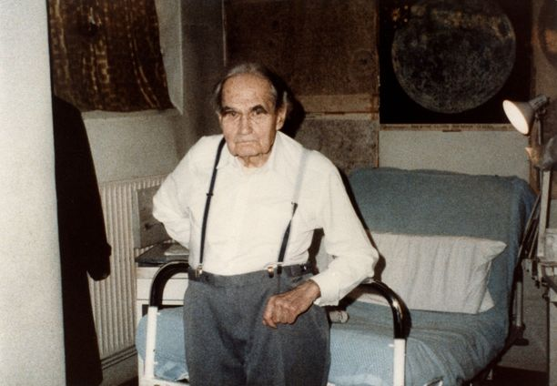 Rudolf Hess Spandaun vankilassa yli 90-vuotiaana. Kuva on todennäköisesti vuodelta 1986.