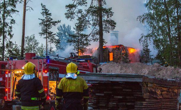 Kesäyössä liekehtinyttä mökkiä ei voitu enää pelastaa palokunnan saapuessa paikalle.