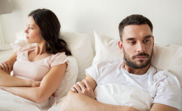 Kun kumppanit olettavat toisistaan liikaa kysymisen sijasta, kommunikointi loppuu lopulta. Kommunikointi on onnellisten suhteiden keskeisin asia.
