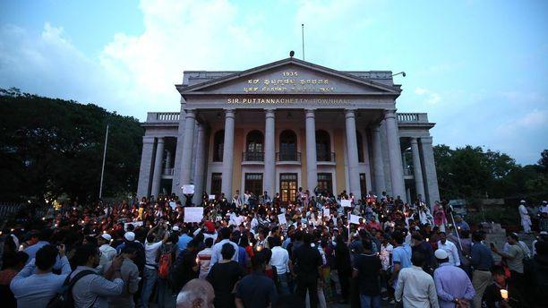 Raiskauksia vastaan mieltään osoittanut väkijoukko kaupungintalon edustalla Bangaloressa maanantaina.