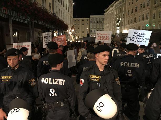 Itävallan Salzburgissa osoitettiin mieltä EU:n maahanmuuttopolitiikkaa vastaan.