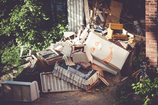 Kuvituskuva. Marikan kodista alle viiden metrin päässä on vuosien aikana kertyneitä romuja.
