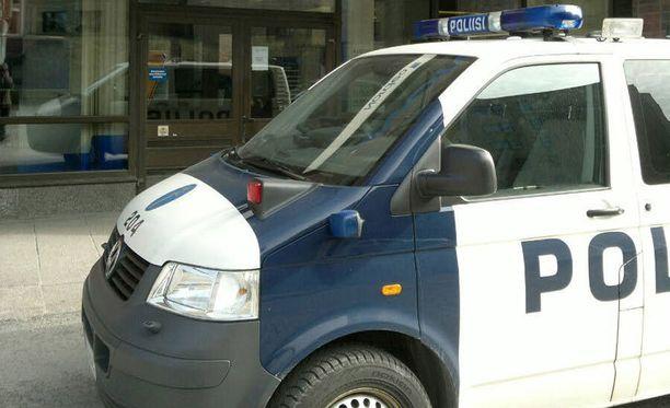Poliisipartiot olivat kiireisiä Tampereella sunnuntai-iltana eivätkä ehtineet heti puuttua sekaisin olleiden vanhempien tapaukseen.