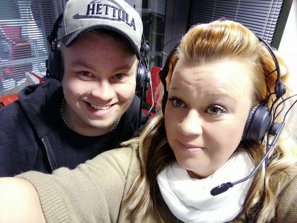 Hanna Maaria on antanut aiheesta haastatteluja. Kuvassa hän ja Henry-poika radiohaastattelussa viime vuonna.