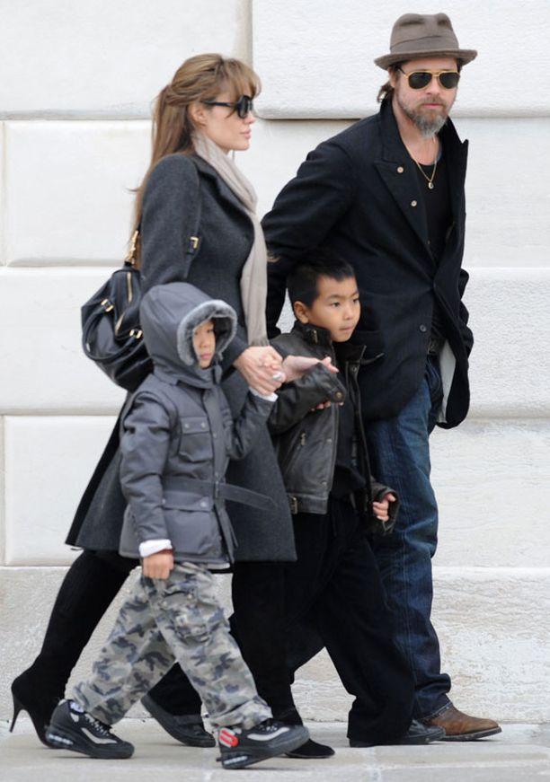 Näyttelijäpariskunta Angelina Jolie ja Brad Pitt poikiensa Pax Thien ja Maddox Jolie-Pittin kanssa.