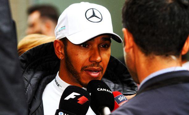 Lewis Hamilton lähtee Brasilian GP:hen varikolta.