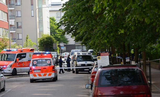 Sivullinen henkilö hälytti paikalle poliisin Helsingin Herttoniemessä, kun ulkona käveli sekavasti käyttäytynyt mies veitsi kädessä.