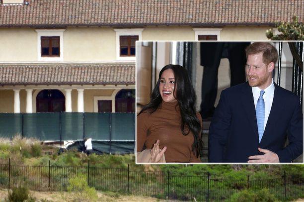 Meghan ja Harry pystyttävät suoja-aitoja kartanon ympärille.