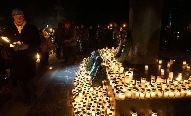 612-kulkueen päätöspiste oli Hietaniemen hautausmaa. Sankarihaudoille laskettiin kynttilöitä.