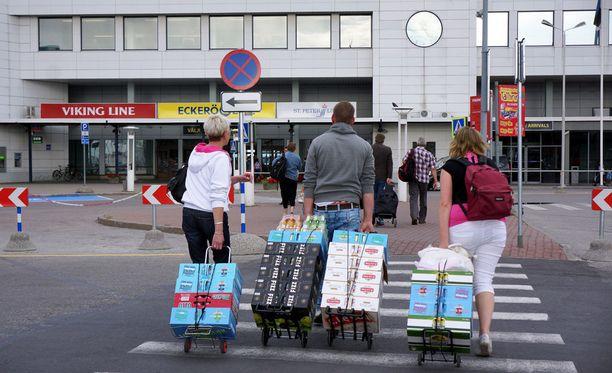 Päihdetyöjärjestön johtaja arvelee, että 18 euroa maksava olutkeissi ylittää suomalaisen viinaturistin kipurajan. Arkistokuva.