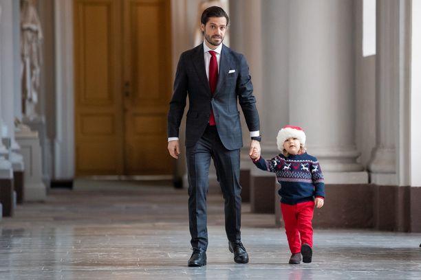 Prinssi Carl Philip ja Alexander-poika vastaanottivat palatsiin joulukuusia.
