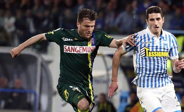 Perparim Hetemaj (vas.) on siirtymässä Chievosta yli 200 ottelun jälkeen.