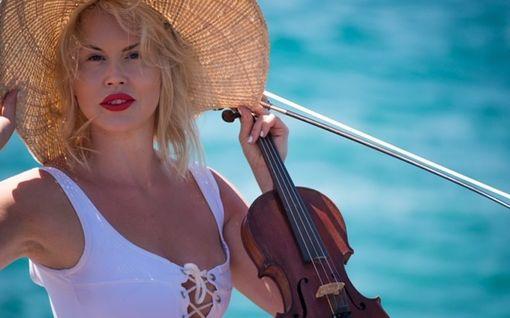 """Onko tässä Suomen uusi Linda Lampenius? Elisa Järvelä, 33, soittaa sadoille turisteille Espanjan Costa del Solilla –  """"Se on se viulun taika"""""""