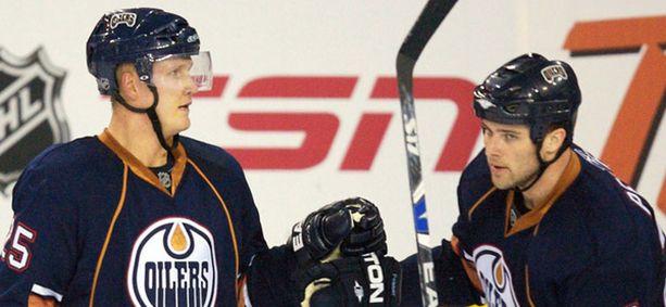 Joni Pitkänen (vas.) onnittelee Dustin Penneriä tämän lauottua Pitkäsen syötöstä Edmontonin toisen maalin.