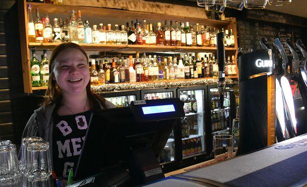 Helsingin Pub Peräkammari anniskelee jatkossa viikonloppuisin aamuneljään ja on auki viiteen. Yrittäjä Jenna Ranta-Mannila pitää uutta alkoholilakia tervetulleena uudistuksena.