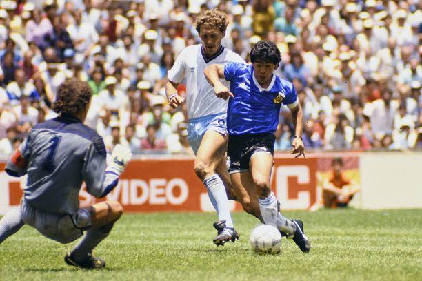 Diego Maradona harhauttaa Englannin maalivahdin ja johdattaa Argentiinan voittoon.