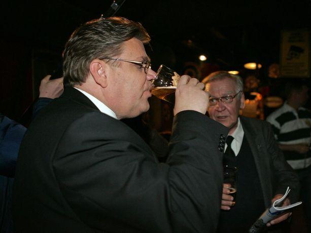 Soini on ollut tarkka siitä, ettei hän juo vaalivalvojaisissa kaljaa kuvaajien läsnä ollessa. Vuoden 2007 eduskuntavaalivalvojaisissa linja oli rennompi.