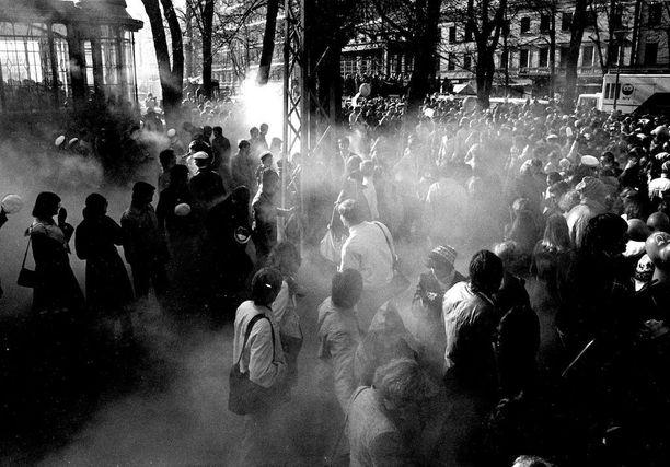 Kovasti paukkuvia savupommeja heittelevät ilonpitäjät säikyttelivät Mantan lakitusta seuraamaan tulleita Esplanadin puistossa Helsingissä vuonna 1981.