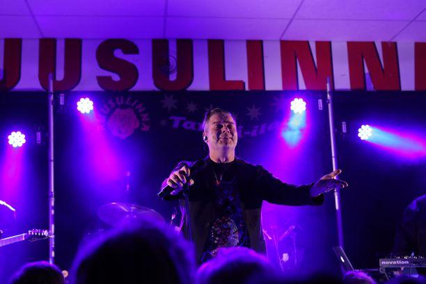 Jari Sillanpää esiintyi perjantaina Nurmijärven Ruusulinnassa ja tarjoili tanssiyleisölle villin bilekeikan, joka oli taattua Siltsua.