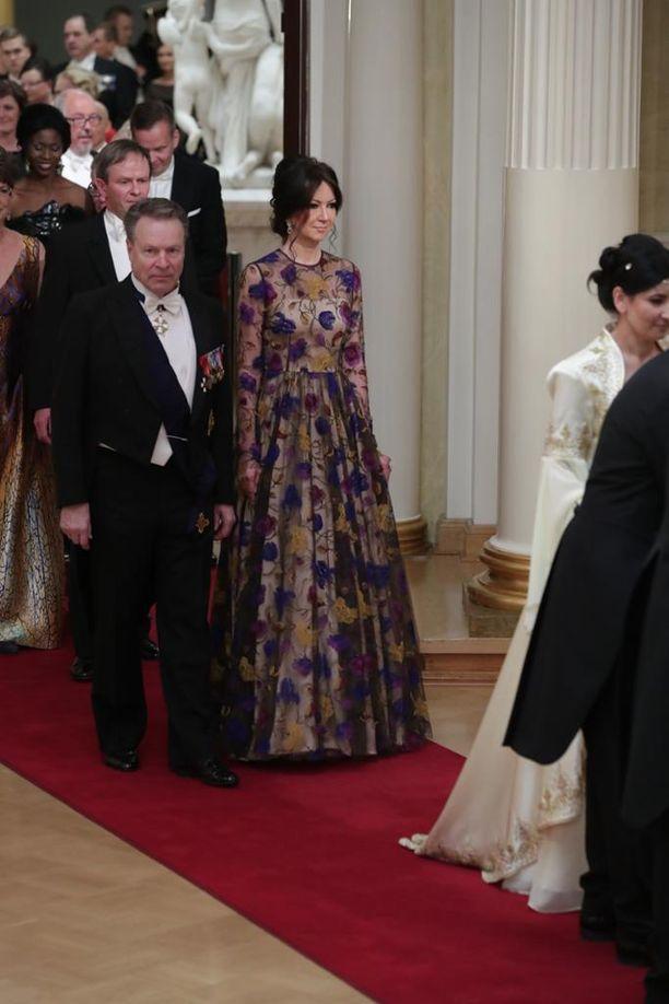 Anton Hinkosen pitkähihainen kukkaluomus lukeutui tänä vuonna Linnan juhlien upeimpiin pukuihin.