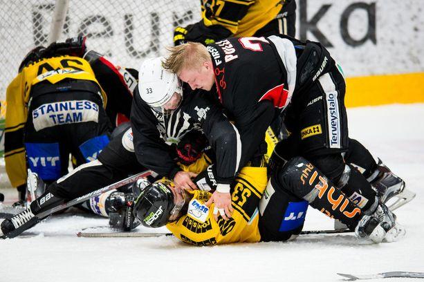 KalPa-JYP on ollut taistelua jokaisesta metristä ja kiekosta, kuten JYPin Juuso Pulli ja KalPan Sami Mutanen havainnollistavat. KalPalla on kotietu, mutta JYP on voittanut neljästä viime pelistä kolme, joten puntit ovat tasan.