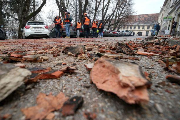 Petrinjan kaupunkia ravisteli maanjäristys jo eilen. Sen seurauksena maassa näkyi rakennuksista irronneita osia.