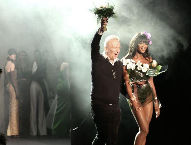 Gaultier nähtiin iloisena lavalla näytöksen lopuksi.
