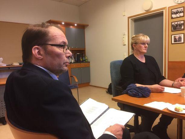 Espoon Sinisten hallituksen jäsen Kim Lindholm luovutti ministeri Pirkko Mattilalle vetoomuksen Espoon mielenterveyspalvelujen parantamiseksi.