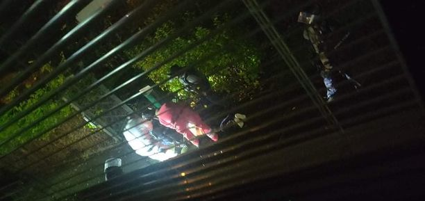 Silminnäkijän mukaan maassa makaavaa henkilöä hoidettiin tapahtumapaikalla hieman ennen puoltayötä.