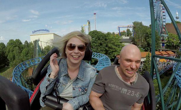 Mari ja Petri löytävät yhteisen sävelen huvipuistossa.
