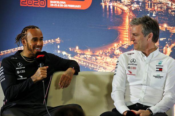 """Lewis Hamilton ja James Allison kävivät """"selittämässä"""" DAS-järjestelmää kansainväliselle lehdistölle."""