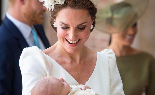 Catherine piti tiukasti sylissään pikkuprinssiä.