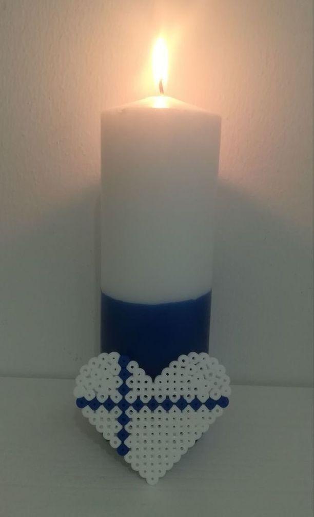Itsenäisyyspäivän perinteenä on sytyttää kynttilät ikkunalle.