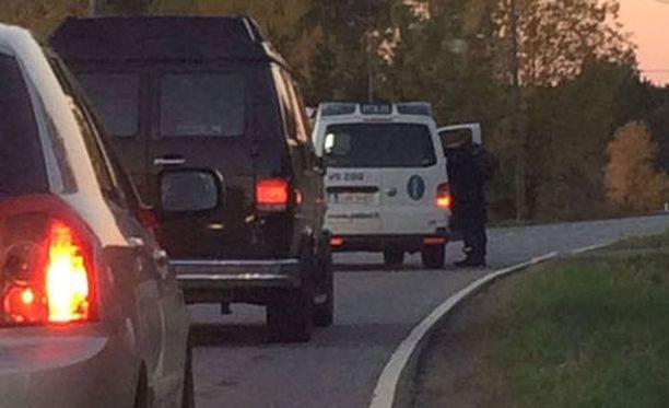 Paikalle ajanut silminnäkijä kertoi lauantaina Iltalehdelle, että poliisi pysäytti liikennettä Loukinaistentiellä ja pyysi autoilijoita kääntymään takaisin.