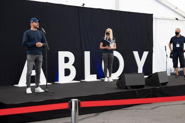 Valtteri Bottaksen seurana lavalla olivat Joanna Kuvaja sekä Jari Perälä.
