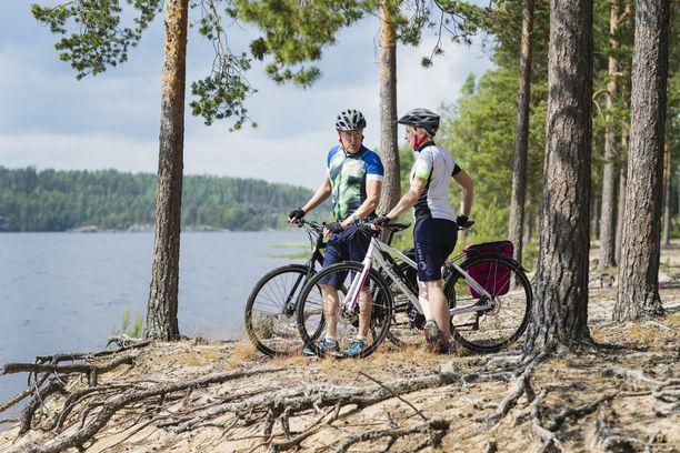 Pyöräilijöitä Puumalan reitillä. Tänä kesänä Puumalan reitin ja Saimaan saaristoreitin voi yhdistää lauttayhteyden avulla.