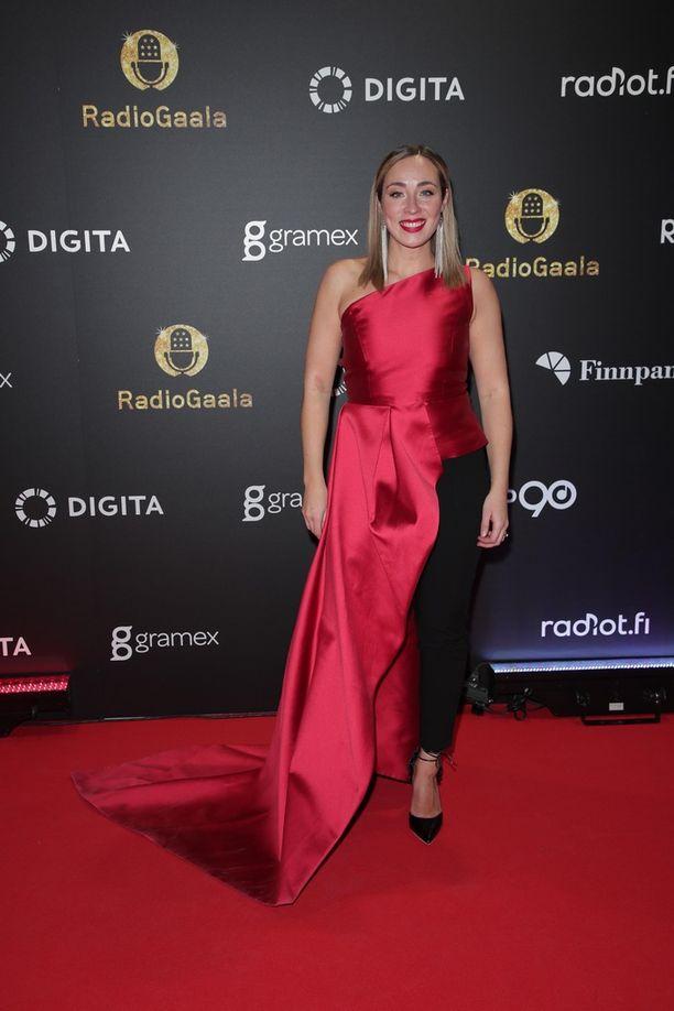 Radio Suomipopin Anni Hautalan punaisessa leningissä oli iso halkio.