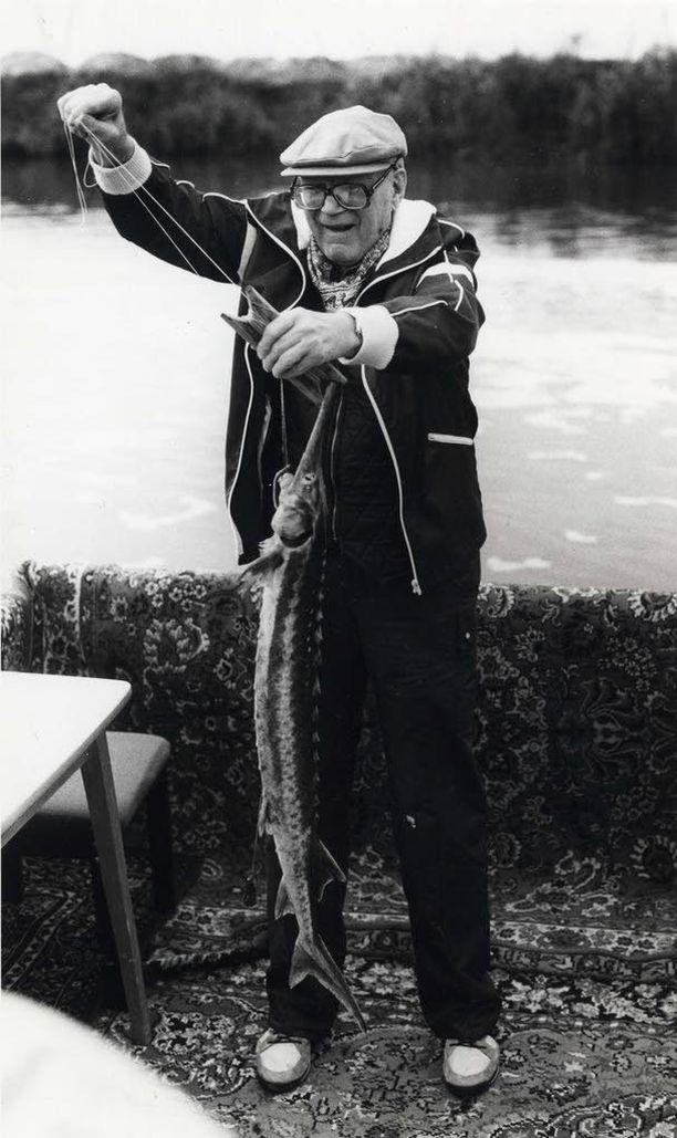 """Viimeisellä Neuvostoliiton vierailulla sairaan presidentti Urho Kekkosen koukkuun uitettiin kirjan mukaan """"puolikuollut sampi"""". Suuri kalamies ei enää juuri jaksanut kalastaa. IL ARKISTO"""