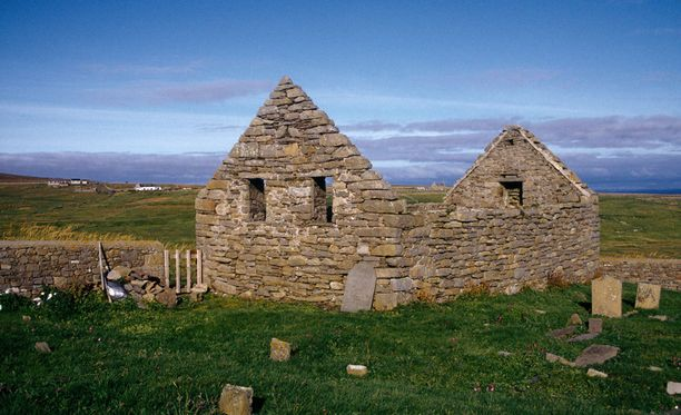 Foulan vanha kirkko ja hautausmaa.