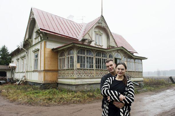 Konsta Heinonen ja Anna Mariasik löysivät toisensa konkreettisesti remontin keskeltä.