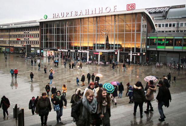 Ulkomaalaismiesten väitetään ahdistelleen naisia Kölnin rautatieaseman lähellä.