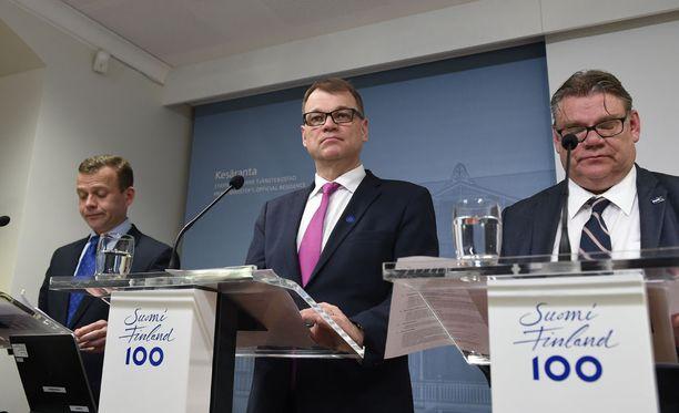 Valtiovarainministeri Petteri Orpo, pääministeri Juha Sipilä ja ulkoministeri Timo Soini esittelivät tyytyväisinä puoliväliriihensä tuloksia myöhään tiistai-iltana.