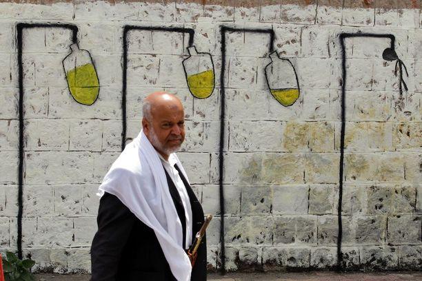 Pääkaupungissa Sanaassa graffiti peräänkuuluttaa parannuksia terveydenhuoltoon.