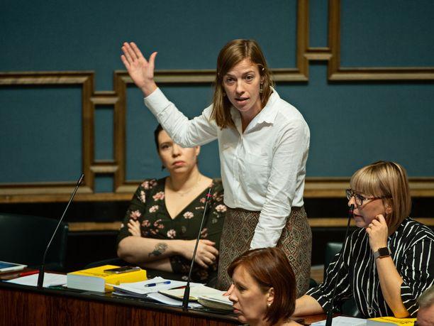 Li Anderssonin johtaman vasemmistoliiton sekä SDP:n kaikki kansanedustajat äänestivät hallituksen irtisanomislakia vastaan, muut oppositiopuolueet eivät pysyneet yhtenäisenä epäluottamusehdotuksen takana.