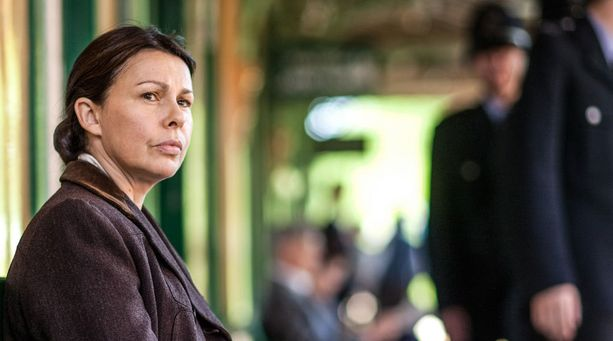 Julie Graham esittää Jeania, joka päätyy kiristämään tietoja eräältä sodan aikana vehkeilleeltä Angelalta.