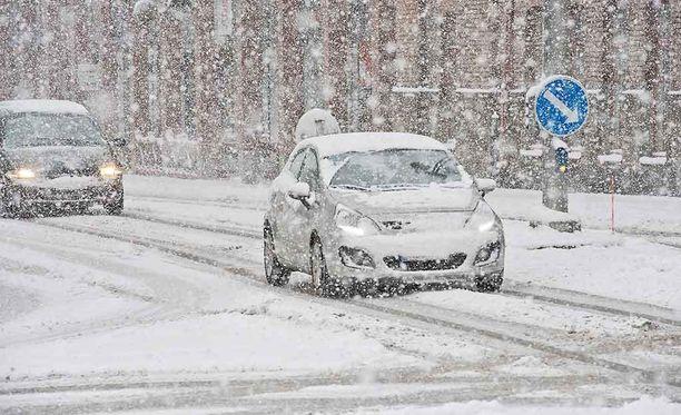 Lumipyry ja kova tuuli haittaavat liikennettä.